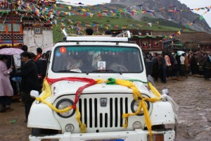 decorating car wiht Rinpoche's pit